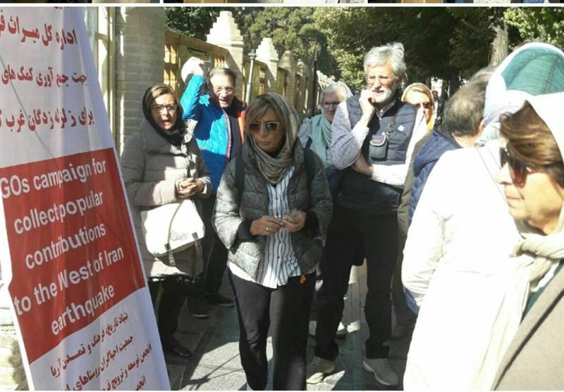 گردشگران خارجی در اصفهان به کمک زلزلهزدگان شتافتند