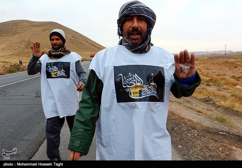 کفاشی که در حال خدمترسانی به زائران پیاده امام رضا(ع) است + فیلم