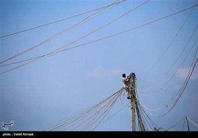 وصل کردن برق توسط اهالی روستا که اغلب دچار برق گرفتگی می شوند