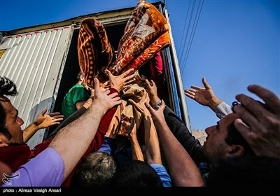 توزیع کمک های مردمی در مناطق زلزله زده