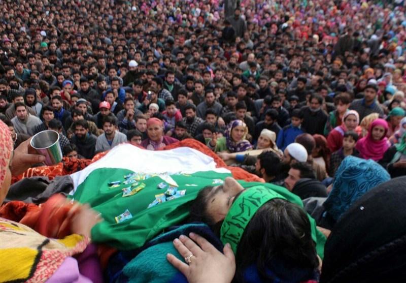 مقبوضہ کشمیر؛ شہید طالبعلم کا جنازہ سبز ہلالی پرچم کے سائے تلے آزادی کے نعروں کیساتھ سپردخاک + تصاویر