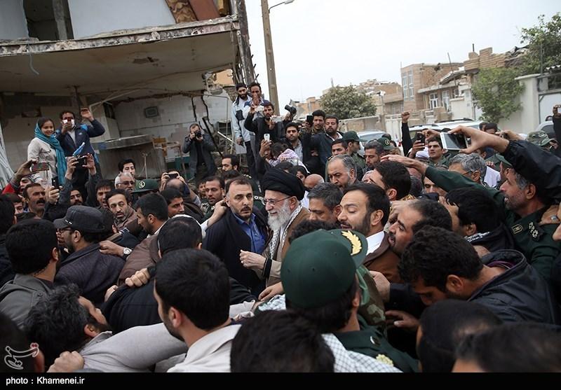 زلزله کرمانشاه | عکس دیدنی از حضور خودمانی رهبر انقلاب در میان زلزلهزدگان