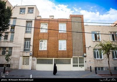 نمایی از ساختمان قدیمی واقع در خیابان فیاض بخش که از اصلی ترین خیابان های منتهی به خیابان ایران است