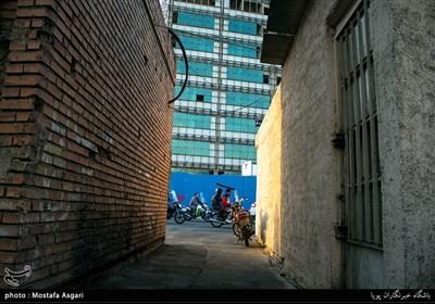 یکی از کوچه های خیابان ایران که به ساختمان های مجلس شورای اسلامی منتهی میشود