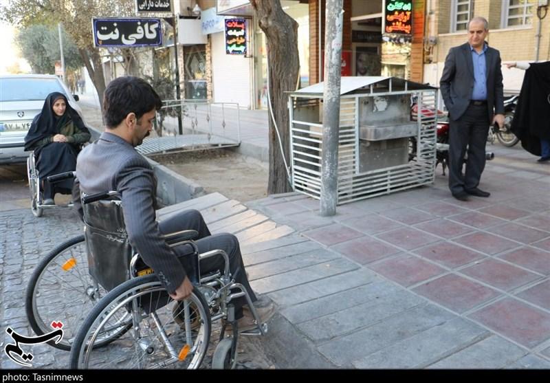 حضور خبرنگاران یزدی با ویلچر در خیابانهای یزد به مناسبت هفته معلولان