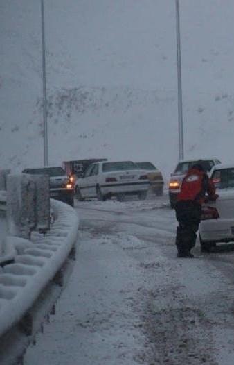 بارش برف در گردنههای استان همدان/محدودیت تردد برای تریلی