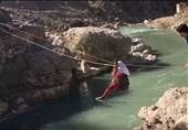 روایت عبور پرخطر دانش آموزان از رودخانه; معلمی که آستین بالا زد و مدرسه ساخت + تصاویر