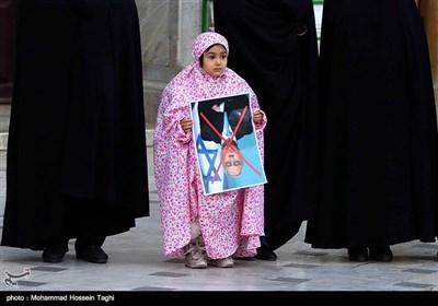 حلقه انسانی به دور نماد قدس در حرم مطهر رضوی در اعتراض به اقدامات اخیر اسرائیل و آمریکا علیه فلسطین