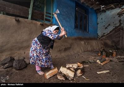 روح انگیز خوش سفر60 ساله برای تهیه هیزم کنده های درخت را قطعه قطعه میکند.به علت شرایط کوهستانی منطقه زمستانها بسیار سرد و اکثر روزها برفی است به همین دلیل ساکنین روستا سعی می کینند در طول روز بخشی از وقت خود را به تهیه و ذخیره هیزم اختصاص دهند