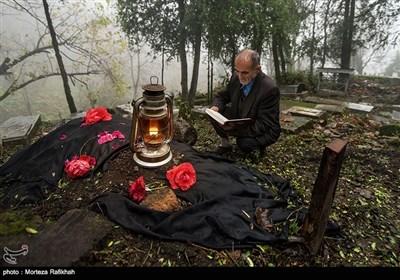 عبدالرحمان شجاعی 62 ساله بر سر مزار یکی از ساکنین روستای شامیلرزان که به تازگی از دنیا رفته قرآن میخواند. او 25 سال است که متولی بقعه سیدمحمود دینوری روستای شامیلرزان است وشغلش قرآن خواندن بر سر مزار اموات است