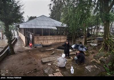 تعدادی از ساکنین روستا در محوطه حیاط بقعه سلطان محمود شاه دینوری بر سر مزار یکی از اقوامشان که به تازگی فوت کرده سوگواری میکنند
