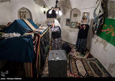 از سمت راست هاجر پورصفی 60 ساله و روح انگیز خوش سفر 60 ساله در حال زیارت در بقعه سید محمود دینوری روستای شامیلرزان هستند. زنان روستا ساعاتی از روز را برای زیارت و خواندن دعا در بقعه این روستا میگذرانند