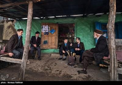 مردان و افراد مسن در طی روز برای رفع خستگی ساعتی از وقت خود را در قهوه خانه روستا گرد هم می آیند و در رابطه با مسائل مختلف روزمره با هم گفتگو میکنند