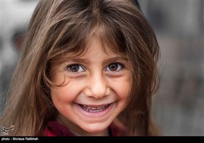 المیرا شجاعی 4 ساله به دوربین لبخند میزند.یکی از محرومیت های روستای شامیلرزان نداشتن خانه بهداشت است که با توجه به این که تعداد کودکان روستا زیاد است مشکل بزرگی برای خانواده های آنها ایجاد کرده است آنها باید برای رسیدن به اولین خانه بهداشت مسیر18 کیلومتری خاکی که در ایام سرد سال گاها پوشیده از برف و مسدود است طی کنند تا به مرکز بهداشت خطبه سرا برسند.