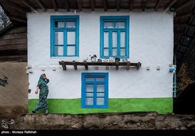 زنان روستایی به دلیل تنوع اقلیمی طبیعت، علاقه زیادی به رنگهای شاد دارند که این امر در نوع پوشاک آنها به خوبی به چشم می خورد آنها سعی میکنند علاوه بر پوشاک در رنگ کردن خانه هایشان نیز از طبیعت الهام بگیرند