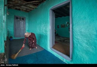 شهناز خندان 45 ساله ایوان خانه خود را جارو میزند. زنان روستایی اهمیت زیادی برای نظافت و پاکیزگی محیط خانه هایشان قائل هستند و در طول روز زمان زیادی رای برای انجام این کار صرف میکنند