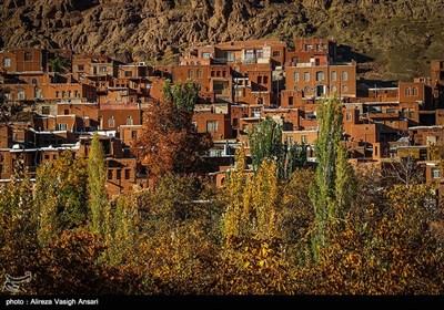 روستای ابیانه در فصل خزان