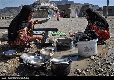 زنان روستای جورین به دلیل نبود آب لوله کشی برای شستن ظروف از آب تانکر استفاده میکنند