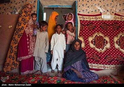 حمیده 50 ساله 6 فرزند دارد و اکثر بچه های او به دلیل نبود امکانات و دور بودن مسیر درس نخوانده اند