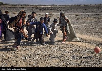کودکان روستای جورین در حال بازی کردن