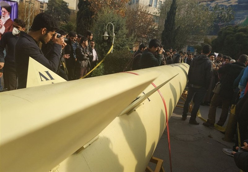 "عرض صاروخ "" ذوالفقار"" البالیستی فی طهران"