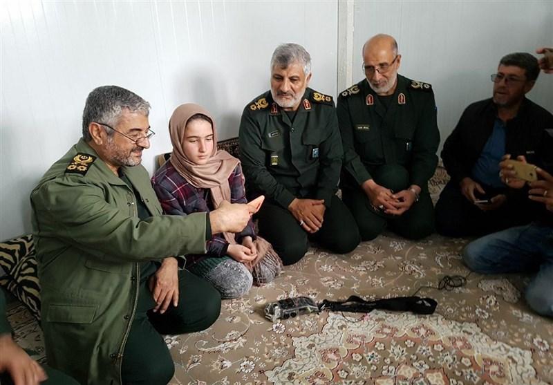 نتیجه تصویری برای سلفی فرمانده سپاه با تنها بازمانده یک خانواده زلزله زده (+ عکس)