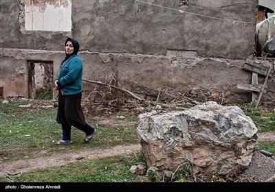 با وجود سقوط سنگ های بزرگ و خطر جانی،همچنان اهالی روستا بلاتکلیف و مجبور به ماندن هستن.