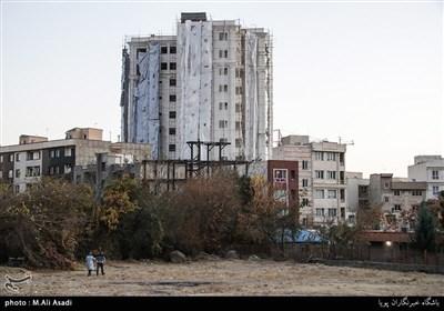 زمین های خالی در میان انبوه ساخت و سازها به چشم می خورد