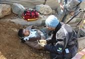 سقوط سنگ نیم متری کارگر را در عمق چاه گرفتار کرد