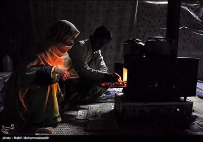 اهالي روستا جورين براي گرم كردن کپر ها بايد از هیزم استفاده كنند