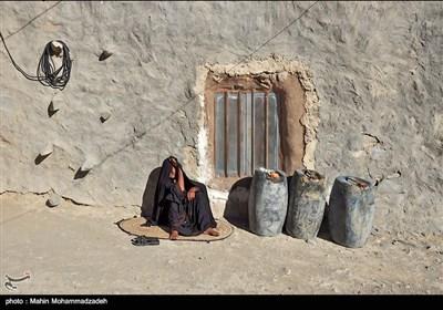 زنان و دختران روستاهاي مرزي بلوچستان با بشكه هاي سوخت بزرگ شده اند . آنها بدلیل محرومیت آرزویی ندارند