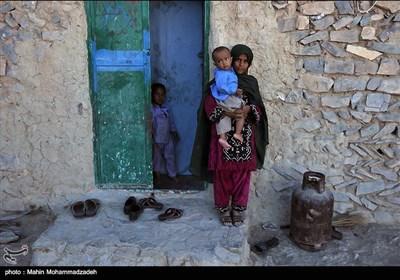 دختران بلوچستان از کودکی برای مادر شدن آماده میشوند و یکی از وظایف آنان نگهداری از دیگر کودکان است