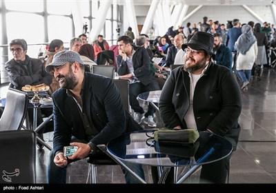 سجاد پهلوان زاده تدوینگر و مهران احمدی در مراسم قرعهکشی سیوششمین دوره جشنواره فیلم فجر