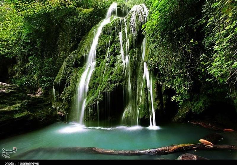 """آبشار """"کبودوال"""" تنها آبشار خزهای ایران؛ آبشاری در دل مخمل سبز+فیلم"""