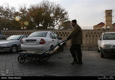 کوچه های قدیمی محله امامزاده یحیی(ع) ، دورنمای بادگیر سرای کاظمی