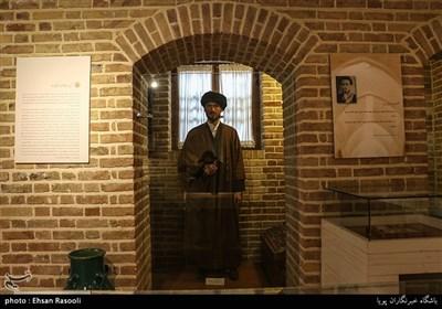 مجسمه امام خمینی(ره) در دوران طلبگی ، زمانی که به خانه آیت الله مدرس رفت و آمد داشتند