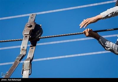 «گرگر» طناب سیمی ضخیمی آویزان است که در محل اتصال دو قرقره آهنینی دارد که برای استفاده باید بر آن نشست و بهوسیله دست قرقرهها را به حرکت درآورد