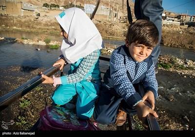 بچههای این روستا هرروز برای رفتن به مدرسه مجبورند از عرض رودخانه بهوسیله «گرگر» عبور کنند.