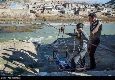 ساکنان این روستا برای انجام کارهای خود و خرید روزانه هرروز مجبور هستند از عرض رودخانه کشکان بهوسیله «گرگر» که همانند تله کابین عمل میکند استفاده کنند.