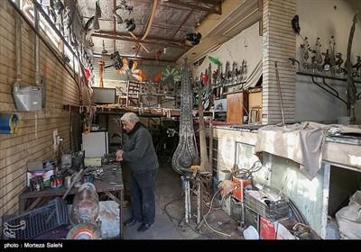 یکی از شغلهایی که در محله جویباره اصفهان به چشم میخورد ،شغل علامت سازی است .