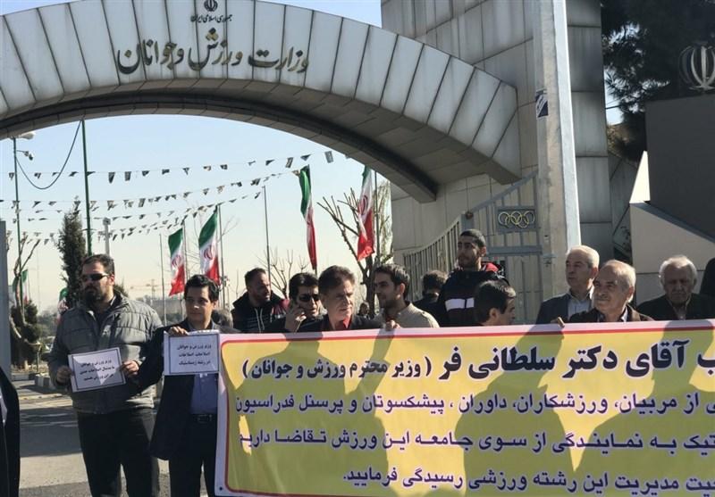 تجمع اعتراضآمیز خانواده ژیمناستیک مقابل وزارت ورزش + تصاویر