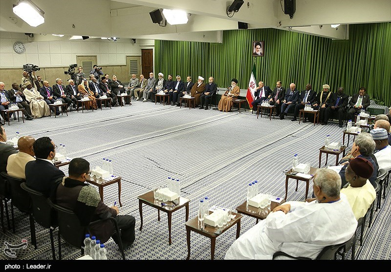 قائد الثورة الاسلامیة یستقبل المشارکین فی مؤتمر اتحاد البرلمانات الاسلامیة + صور
