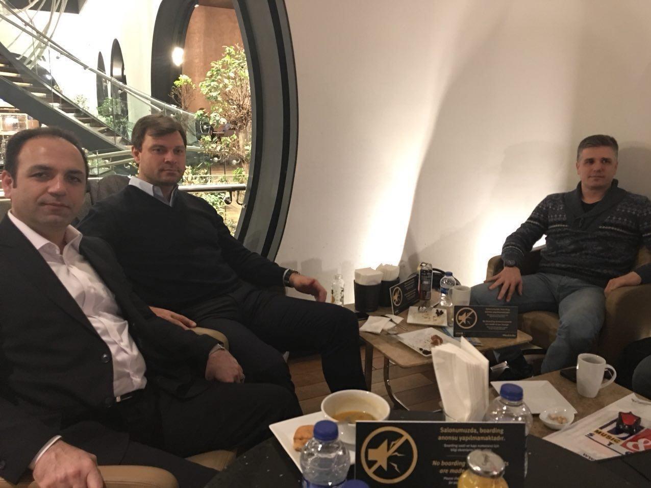 حضور سرمربی جدید تراکتورسازی در فرودگاه استانبول برای سفر به تبریز + تصویر