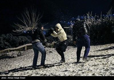 اصفہان میں روئی کے گالوں کی طرح ہلکی پھلکی برفباری