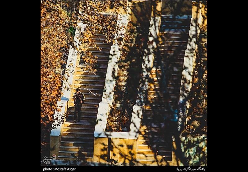 در حقیقت این پله ها حکم کوچه ای را دارد که شما را از خیابان ولیعصر به ناحیه بالاتر کوچه های خیابان اکبری می رساند