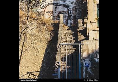 در محله یوسف آباد که در مجاورت خیابان ولیعصر قرار دارد پله هایی وجود دارد که انتهای آنها شما را به کوچه های منتهی به ولیعصر می رساند