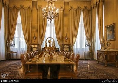 سالن مخصوص پذیرایی میهمانان کمتر از 20 نفر و برگزاری جلسات رسمی با دیوارهای پوشیده شده با پارچه