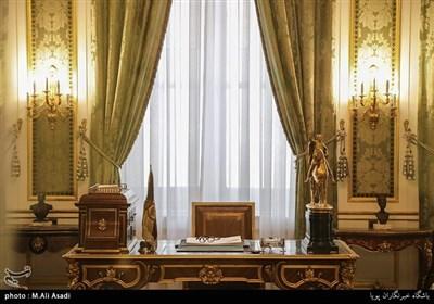 دفتر کار شاه با شیشه های ضدگلوله