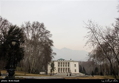 کاخ سفید بزرگترین کاخ مجموعه 110 هکتاری سعدآباد است که به علت رنگ سفید نمای آن به این نام شهرت یافته بود.این بنا, علاوه برآنکه اختصاص به امور اداری و تشریفاتی داشته اقامتگاه تابستانی شاه و همسرش ,فرح نیز بوده است.