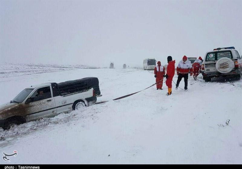امدادرسانی هلال احمر به 180 خودرو در محورهای مواصلاتی ساوه